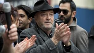 عضو البرلمان البريطاني جورج غالاوي في مظاهرة مضادة لمظاهرة فرع المجموعة الالمانية 'بيجيدا' في بريطانيا، 28 فبراير 2015 (OLI SCARFF / AFP)
