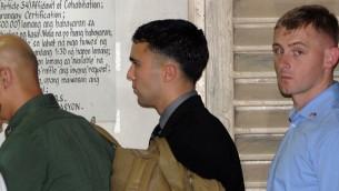 الجندي الأمريكي جوزف سكوت بيميرتون (مركز) يغادر المحكمة بعد اول يوم من محاكمته بتهمة قتل جنيفر لود الفيليبنية 23 مارس 2015 (JAY DIRECTO / AFP)