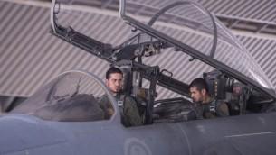 طيارو  سلاح الجو السعودي في طائرة  مقاتلة في مكان لم يكشف عنه في 23 سبتمبر  2014، بعد مشاركتهما في مهمة لضرب أهداف الدولة الإسلامية في سوريا (AFP/Handout -- Saudi Press Agency)