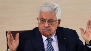 رئيس السلطة الفلسطينية محمود عباس متحدثا خلال مؤتمر صحافي عُقد في وزارة الخارجية في 23 ديسمبر، 2014، في الجزائر العاصمة. (AFP PHOTO / FAROUK BATICHE)