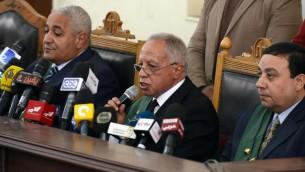 القاضي المصري معتز خفاجى (C) يتحدث خلال محاكمة أعضاء جماعة الإخوان المسلمين 28 فبراير عام 2015. AFP PHOTO / MOHAMED EL-SHAHED