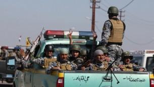 قوات الأمن العراقية بطريقها من مدينة سامراء الى منطقة الدور جنوب تكريت، 28 فبراير 2015 (AHMAD AL-RUBAYE / AFP)