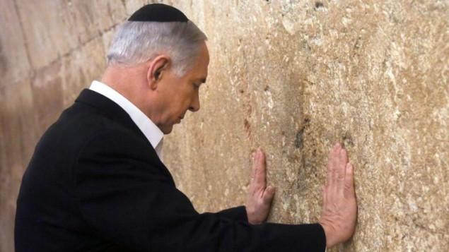 رئيس الوزراء الاسرائيلي بنيامين نتنياهو يصلي عند حائط المبكى في البلدة القديمة  القدس، في 28 فبراير 2015. AFP PHOTO / POOL / MARC SELLEM