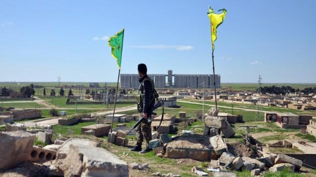 مقاتل في وحدات حماية الشعب الكردية امام بلدة تل خميس، شرق مدينة القامشلي، 1 مارس 2015 (DELIL SOULEIMAN / AFP)