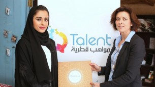 """مريم السبيعي، مؤسسة شركة """"كيو تالنت""""، بجانب كارولين كاربانتييه، مؤلفة كتاب """"قصص النجاحات في قطر - نساء ملهمات""""، في متجر السبيعي، 23 فبراير 2015 (AFP PHOTO / AL-WATAN DOHA / KARIM JAAFAR)"""