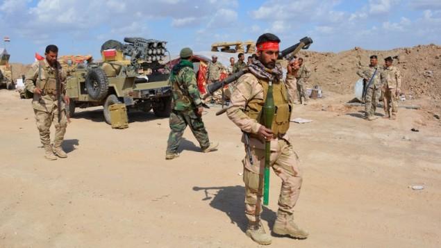 القوات العراقية والمجموعات المسلحة الحليفة تتهيأ للهجوم لاستعادة مدينة تكريت التي استولى عليها تنظيم الدولة الإسلامية، 2 مارس 2015 (YOUNIS AL-BAYATI / AFP)