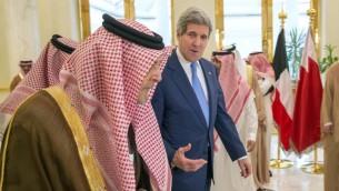 وزير الخارجية الأمريكي جون كيري مع وزير الخارجية السعودي سعود الفيصل بن عبد العزيز آل سعود خلال لقاء مع وزراء الخارجية الخليجيين في الرياض، 3 مارس 2015 (EVAN VUCCI / POOL / AFP)