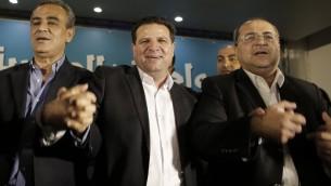 أعضاء  القائمة مشتركة للأحزاب العربية: (من اليسار إلى اليمين) في الكنيست (البرلمان الإسرائيلي) العضو جمال زحالقة، زعيم القائمة المشتركة  أيمن عودة وعضو الكنيست أحمد الطيبي في مقر الحزب في مدينة الناصرة 17 مارس 2015  AFP PHOTO / AHMAD GHARABLI