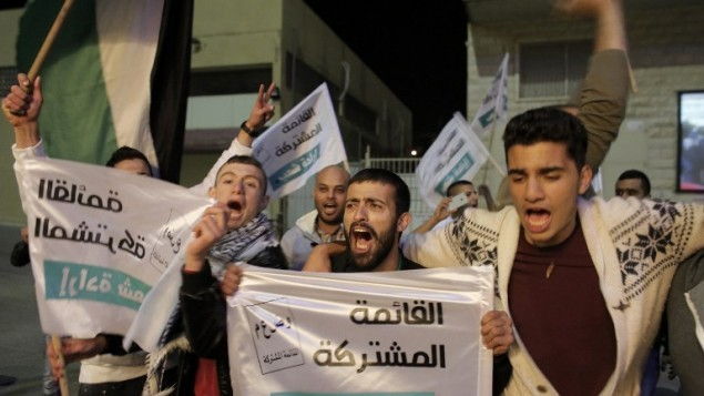 مؤيدو القائمة المشتركة يحتفلون في مقر الحزب بالناصرة بعد صدور نتائج استطلاعات الخروج  17 مارس AFP/AHMAD GHARABLI
