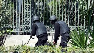 قوات الأمن التونيسية تقوم بتأمين المنطقة بعد قيام مسلحين بمهاجمة متحف باردو الشهير في العاصمة التونيسية في 18 مارس، 2015. (AFP/ FETHI BELAID)