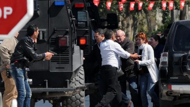 """اخلاء السياح من موقع الهجوم في متحف """"باردو"""" الشهير في تونس، 18 مارس (2015 SALAH HABIBI / AFP)"""