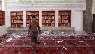 الاضرار التالية انفجار قنبلة في مسجد بدر في جنوب صنعاء 20 مارس 2015. حيث قتلت التفجيرات الانتحارية الثلاثية 80 شخصا على الاقل في المساجد في العاصمة اليمنية. AFP PHOTO / MOHAMMED HUWAIS