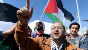 رجل فلسطيني يهتف امام علم فلسطين في المتدى الاجتماعي العالمي في تونس، 25 مارس 2015 (FADEL SENNA / AFP)