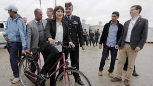 وزيرة التجارة الخارجية والتعاون والتنمية الهولندية ليليان بلومن تركب دراجة هوائية في مخيم الزعتري في الاردن، 29 مارس 2015 (KHALIL MAZRAAWI / AFP)