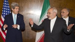 وزير الخارجية الأمريكي جون كيري بلقاء مع وزير الخارجية الإيراني محمد جواد ظريف في سويسرا، 2 مارس 2015 (EVAN VUCCI / POOL / AFP)