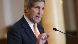 وزير الخارجية الأمريكي جون كيري يتحدث في ختام ثلاثة ايام من المفاوضات النووية مع نظيره الايراني محمد ظريف في سويسرا، 4 مارس 2015 (EVAN VUCCI / POOL / AFP)