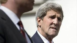 وزير الخارجية الأمريكية  جون كيري يسير عائدا إلى فندق بوريفاج بالاس بعد إستراحة غداء خلال المحادثات حول برنامج إيران النووي في لوزان، سويسرا، 30 مارس، 2015. (AFP/Pool/Brendan Smialowski)