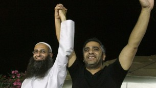 صورة تظهر فضل شاكر مع احمد الأسير في صيدا، 27 يوليو 2012 (AFP PHOTO/MAHMOUD ZAYYAT)