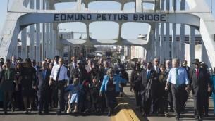 الرئيس الأمريكي باراك اوباما يترأس الموكب اثناء اجتياز جسر ادموند بيتوس فوق نهر الاباما في مدينة سلما (SAUL LOEB / AFP)