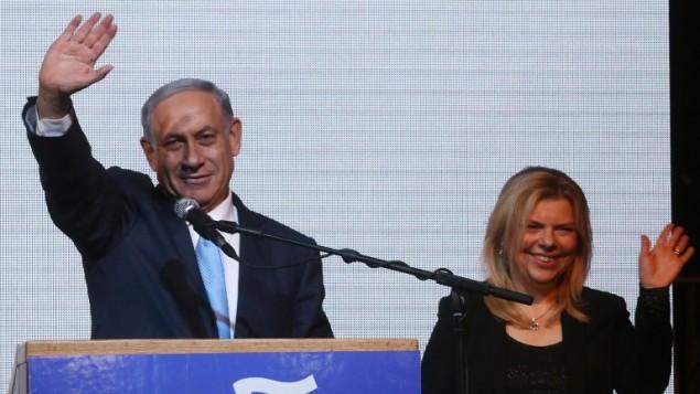 رئيس الوزراء بنيامين نتنياهو، وزوجته سارة،  في مقر حزب الليكود في تل ابيب، فجر الاربعاء، 18 مارس 2015 ( MENAHEM KAHANA / AFP)