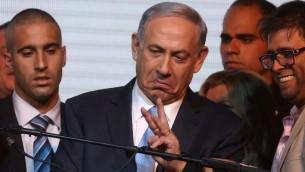 رئيس الوزراء الاسرائيلي بنيامين نتنياهو  عند خروج أرقام استطلاعات الرأي في الانتخابات البرلمانية في إسرائيل  17 مارس عام 2015 في مدينة تل أبيب  AFP PHOTO/MENAHEM KAHANA