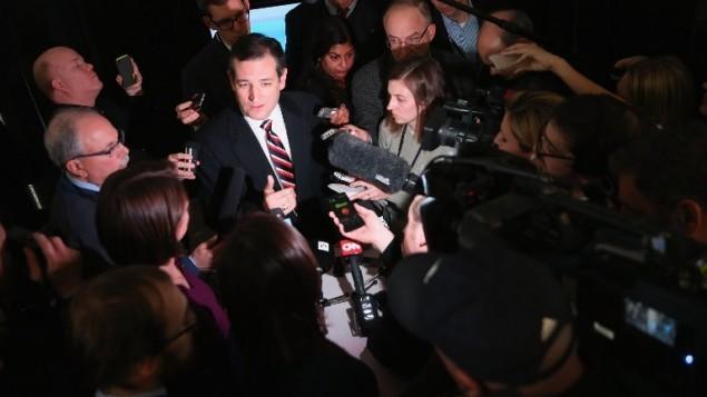 السناتور الجمهوري تيد كروز، احد الموقعون على الرسالة الموجهة الى القيادة الإيرانية، يتحدث مع صحفيين، 7 مارس 2015 (Scott Olson/Getty Images/AFP)