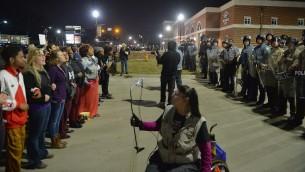 المتظاهرون خارج محطة الشرطة في فيرغسون بعد اعلان قائد الشرطة توم جاكسون عن استقالته، 11 مارس 2015 ( Michael B. Thomas/Getty Images/AFP)