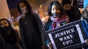 متظاهرون ضد العنصرية وعنف الشرطة في مدينة سانت لويس، 14 مارس 2015 (SCOTT OLSON / GETTY IMAGES/ AFP)