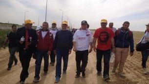 """ايمن عودة، رئيس القائمة العربية المشتركة مع زملائه المشتركين في مسيرة """"نسير للاعتراف"""" 28 مارس 2015 (فيسبوك)"""