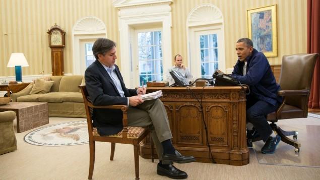 الرئيس الأمريكي باراك اوباما يتحدث مع المستشار انتوني بلينكن بالنسبة للملف النووي الإيراني، 24 نوفمبر 2013 (Pete Souza/ White House)
