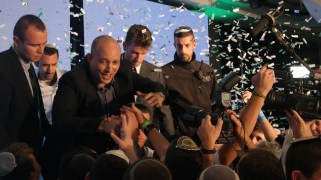 رئيس حزب البيت اليهودي يحتفل مع داعميه، 17 مارس 2015 (Times of Israel/Avi Lewis)