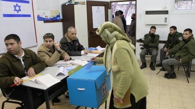امرأة عربية تضع صوتها في صندوق الاقتراع في بلدة ابو غوش، 10 فبراير 2009 ( Nati Shohat/Flash90)
