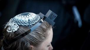 عضوة في حركة نساء الحائط تضع كيباه وتفيلين، الادوات الدينية المحفوظة عادة للرجال (Flash90)