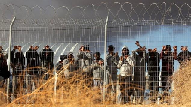 طالبي اللجوء يحتجون في مركز احتجاز حولوت في صحراء النقب الجنوبية في إسرائيل، 17 فبراير / شباط 2014. (Ilia Yefimovich/Getty Images)