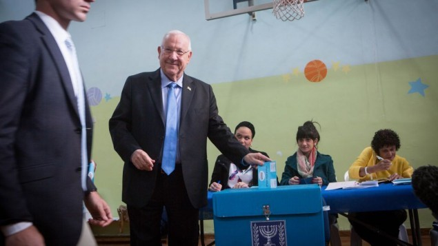 الرئيس رؤوفين ريفلين يدلي بصوته في صندوق إقتراع في القدس في 17 مارس، 2015. (Miriam Alster/FLASH90)