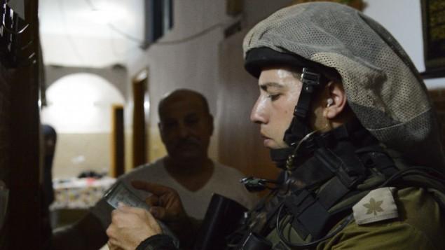 صورة توضيحية لضابط في الجيش الإسرائيلي خلال دوريات تفتيش في مخيم بلاطة للاجئين بالقرب من نابلس، 18 يونيو، 2014. ( IDF Spokesperson/Flash90)