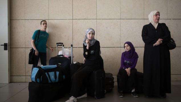 فلسطينيون ينتظرون في معبر إيريز بين غزة وإسرائيل، 13 يوليو، 2014. (Flash90)