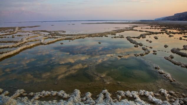 صورة للبحر الميت في يناير 2014. مستوى البحر الميت بانخفاض متزايد بسبب عرقلة المياه التي تصب به، وانخفض مستواه 21م بين عام 1930 و1997. (Doron Horowitz / Flash90)