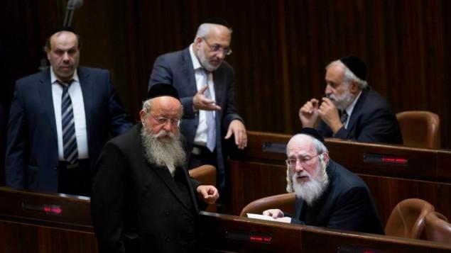 مشرعون من حزب التوراة اليهودية الموحدة خلال التصويت لحل الكنيست ال19، 8 ديسمبر 2014 (Yonatan Sindel/Flash90)