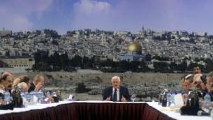 رئيس السلطة الفلسطينية محمود عباس يتكلم خلال اجتماع للقيادة الفلسطينية في رام الله لمناقشة توقيف التنسيق الأمني مع اسرائيل، 14 ديسمبر 2014 (FLASH90)
