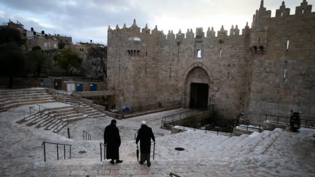 تساقط الثلج بالقرب من باب العامود في البلدة القديمة في القدس، 8 يناير 2015 (Nati Shohat/FLASH90)