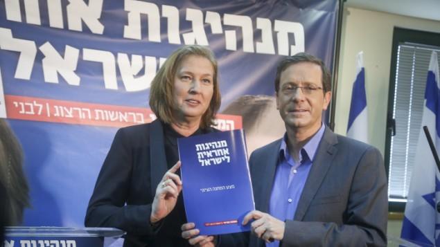 رئيسا حزب المعسكر الصهيوني، يتسحاك هرتسوغ وتسيبي ليفني، يعرضا البرنامج الحكومي للحزب في مؤتمر صحفي في تل ابيب، 8 مارس 2015 (FLASH90)