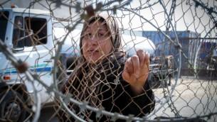 فلسطينيون ينتظرون الحصول على تصريح بالدخول إلى مصر في معبر رفح جنوبي قطاع غزة. (Abed Rahim Khatib/Flash90)