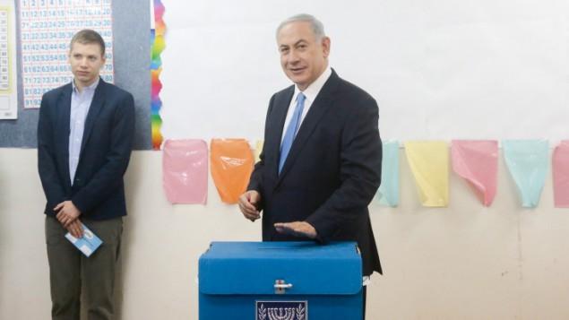رئيس الوزراء بنيامين نتنياهو يضع صوته في صندوق الاقتراع في القدس، 17 مارس 2015  Marc israel Sellem/POOL/FLASH90