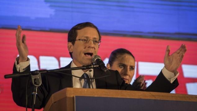 زعيم معسكر الصهيوني اسحق هرتسوغ يتحدث في مقر الحزب في تل أبيب، بعد أن أعلنت استطلاعات الرأي في الانتخابات العامة الاسرائيلية للبرلمان ال20 في 17 مارس 2015  (فلاش 90)
