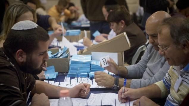 عملية فرز أصوات الجنود والمغلفات المزدوجة، بعد يوم واحد من الإنتخابات التشريعية، 18 مارس، 2015 (Miriam Alster/Flash90)