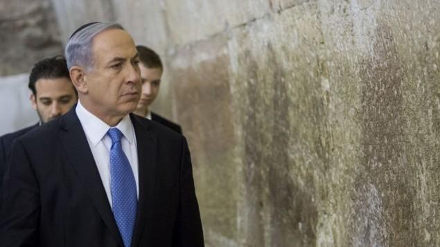 رئيس الوزراء  بينيامين نتنياهو يزور حائط المبكى في البلدة القديمة في القدس، بعد يوم من الإنتخابات التشريعية الإسرائيلية، 18 مارس، 2015. (Yonatan Sindel/Flash90)