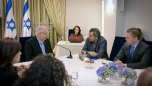 أعضاء حزب الليكود يلتقون مع رؤوفين ريفلين، في الوسط، في بيت رئيس الدولة في 22 مارس، 2015. (Mark Neyman/GPO)