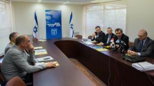 أعضاء وممثلين عن حزب الليكود يجتمعون مع مسؤولين من حزب البيت اليهودي، شريك محتمل في الحكومة، في البرلمان الإسرائيلي في 26 مارس، 2015. (Yonatan Sindel/Flash90)