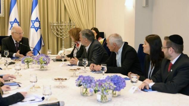 أعضاء من حزب يش عتيد يلتقون مع الرئيس رؤوفين ريفلين في بيت رئيس الدولة في القدس يوم الإثنين، 23 مارس، 2015. ( Mark Nyman/GPO)